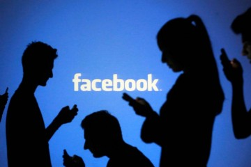 """Depuis l'avènement de Facebook et des réseaux sociaux en général, il semble que la notion traditionnelle de l'amitié (selon le Larousse """"sentiment d'affection entre deux personnes : attachement, sympathie qu'une personne témoigne à une autre"""") en ait pris un sacré coup. Quel nouveau rapport à l'amitié à une ère d'hyperconnection ?"""